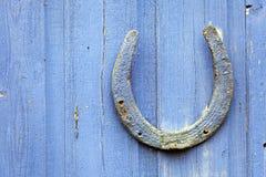Lucky Horseshoe nagelte auf Tür Lizenzfreie Stockfotos