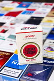 Lucky Strike-pak op vele verschillende die sigaretten op 25 Maart, 2017 in Praag, Tsjechische republiek worden gefotografeerd Stock Foto