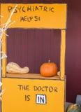 Lucy& x27; cabine psiquiátrica de s fotografia de stock