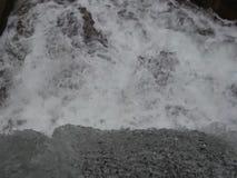 Luda lleno Mara River cerca de Petrich, vecindad de Vizdul después de nevadas pesadas almacen de metraje de vídeo