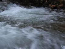 Luda lleno Mara River 2 cerca de Petrich, vecindad de Vizdul después de nevadas pesadas metrajes