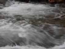 Luda lleno Mara River 4 cerca de Petrich, vecindad de Vizdul después de nevadas pesadas almacen de video