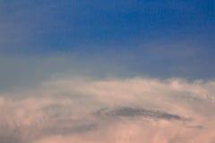 Luddigt moln på den blåa himlen Arkivfoton