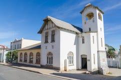 Luderitz,纳米比亚- 2014年7月08日:历史的白色教会住房部Envrionment和旅游业 库存照片