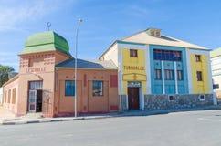 Luderitz, Namibia - 8 de julio de 2014: Edificios coloniales alemanes históricos de Turnhalle y de Lesehalle el día soleado Fotografía de archivo libre de regalías