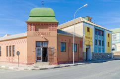 Luderitz, Namibia - 8 de julio de 2014: Edificios coloniales alemanes históricos de Turnhalle y de Lesehalle el día soleado Foto de archivo libre de regalías