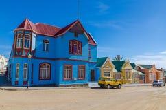 Luderitz, Namibia - 8 de julio de 2014: Edificios históricos coloridos de épocas coloniales alemanas a lo largo de Bergstrasse Imagen de archivo libre de regalías