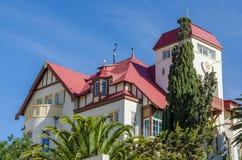 Luderitz, Namibia - 8 de julio de 2014: Goerke histórico famoso Haus de épocas coloniales alemanas en la colina que pasa por alto Foto de archivo libre de regalías