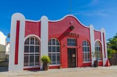 Luderitz, Namibia - 8 de julio de 2014: Pub histórico rojo los barriles de épocas coloniales alemanas Imagenes de archivo