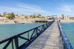 Luderitz, Namibia - 8 de julio de 2014: Visión sobre Luderitz del embarcadero de madera en el mar en día soleado brillante Imagenes de archivo