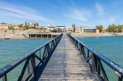 Luderitz, Namibia - 8. Juli 2014: Ansicht über Luderitz von der hölzernen Anlegestelle in Meer am hellen sonnigen Tag stockfotografie