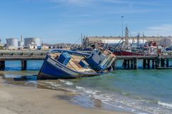 Luderitz Namibia - Juli 08 2014: Skeppsbrott eller den sjönk fiskebåten strandade i hamn av Luderitz Royaltyfri Bild