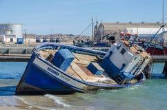 Luderitz Namibia, Lipiec, - 08 2014: Shipwreck lub tonąca łódź rybacka splatająca w schronieniu Luderitz Zdjęcie Royalty Free