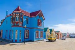 Luderitz, Namibie - 8 juillet 2014 : Bâtiments historiques colorés des périodes coloniales allemandes le long de Bergstrasse Image libre de droits