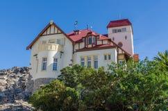 Luderitz, Namibie - 8 juillet 2014 : Goerke historique célèbre Haus des périodes coloniales allemandes sur la colline donnant sur Image stock