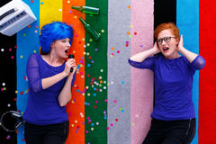 Ludic girl singing to friend Royalty Free Stock Images