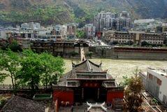 LuDing,中国: Guan Yin顾寺庙&城镇 图库摄影