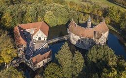 LUDINGHAUSEN TYSKLAND - OKTOBER 14, 2017: Den flyg- sikten av Vischering omgav med vallgrav slotten i Nord-Rhen Westphalia Royaltyfria Bilder