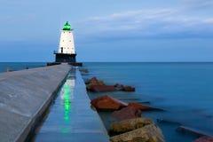 Ludington Pier Light Beacon Reflections en Ludington Michigan Imagen de archivo