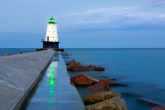 Ludington Pier Light Beacon Reflections in Ludington Michigan Immagine Stock