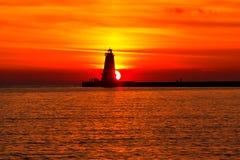 Ludington Pier Lighthouse bij Zonsondergang stock afbeelding