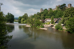 Ludlow slott och flodstrand Arkivbilder