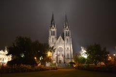 Ludmilas kyrkliga Prague i natt Royaltyfria Bilder