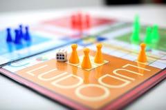 Ludo-Brettspiel mit verschiedenen farbigen Pfand stockbilder