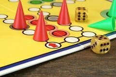 Ludo Or Parchis Game Board avec jouer des figures et deux découpe Photos libres de droits