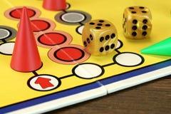 Ludo Or Parchis Game Board avec jouer des figures et deux découpe Image stock