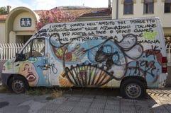 Ludobus davanti ad una scuola a Mostar, con scrittura in di lingua italiana Fotografie Stock