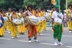 Ludowi tancerze maszeruje past Obrazy Royalty Free
