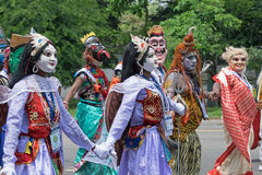 Ludowi tancerze maszeruje past Zdjęcie Stock
