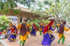 Ludowi tanowie Uttarakhand wraz z muzyka ludowa zespołem wliczając tana tworzą jak Chancheri, Chhapeli taniec ECR, Chennai 25 201 Fotografia Royalty Free