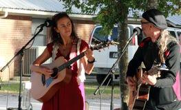 Ludowy duetu spełnianie na Akustycznym festiwalu muzykim w Floryda obraz stock