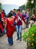 Ludowy taniec podczas Tihar festiwalu w Nepal obraz stock