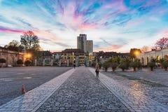 LUDWIGSBURG, ALEMANIA - 25 DE OCTUBRE DE 2017: Dos visitantes no identificados caminan a lo largo del pavimento del bloque de la  Fotos de archivo