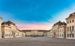 LUDWIGSBURG, DEUTSCHLAND - 25. OKTOBER 2017: Während des Sonnenuntergangs blickt der Innenhof des Schlosses im Restsonnenlicht tr Lizenzfreie Stockbilder