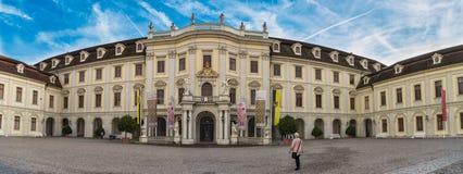 LUDWIGSBURG TYSKLAND - OKTOBER 25, 2017: Onla få turister befolkar den inre gården av slotten och tycker om Arkivbilder