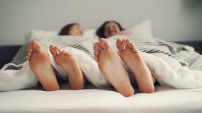 Ludzcy cieki rusza się w łóżku w śmiesznym rytmu, para ma zabawę w sypialni zdjęcie wideo