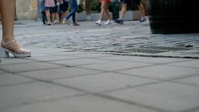Ludzcy cieki w butach chodzą na kamiennej drodze miasta odprowadzenie zdjęcie wideo