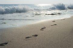 Ludzcy odciski stopy w piasku, kipiel, fala obraz royalty free