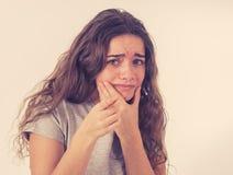 Ludzcy wyrażenia i emocje Młoda atrakcyjna nastolatek dziewczyna patrzeje straszący i szokujący zdjęcia stock