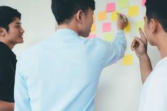 Ludzi biznesu i projektantów brainstorming spotkania drużyna Obraz Royalty Free