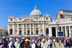 Ludzi i turystów przespacerowanie przy Watykan zdjęcie stock