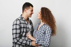 Ludzi, miłości i związku pojęcie, Uroczy pary spojrzenie przy eac zdjęcia royalty free