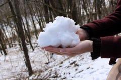 Ludzi, sezonu i czasu wolnego pojęcia kobieta w zimy mienia śniegu w ona, ręki outdoors Obrazy Royalty Free