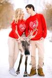 Ludzi, sezonu, miłości i czasu wolnego pojęcie, - szczęśliwy pary przytulenie i śmiać się outdoors w zimie obraz royalty free