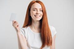 Ludzi, sprzedaży i konsumeryzmu pojęcie, - zamyka up szczęśliwa kobieta z kredytową kartą Fotografia Stock