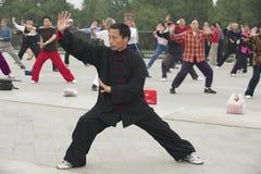 Ludzie ćwiczą tai chi chuan gimnastyki w Pekin, Chiny Obrazy Stock